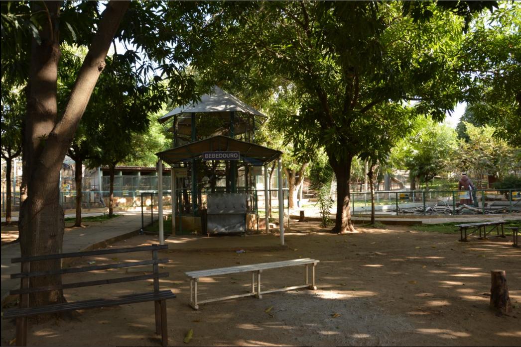 Espaço de convivência dos visitantes e acesso ao bebedouro