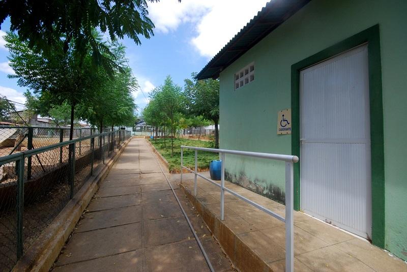 Espaço de acesso aos banheiros