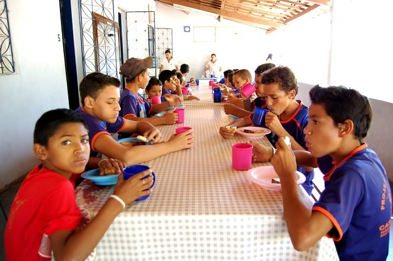 Lanche com as crianças do projeto Viva a vida
