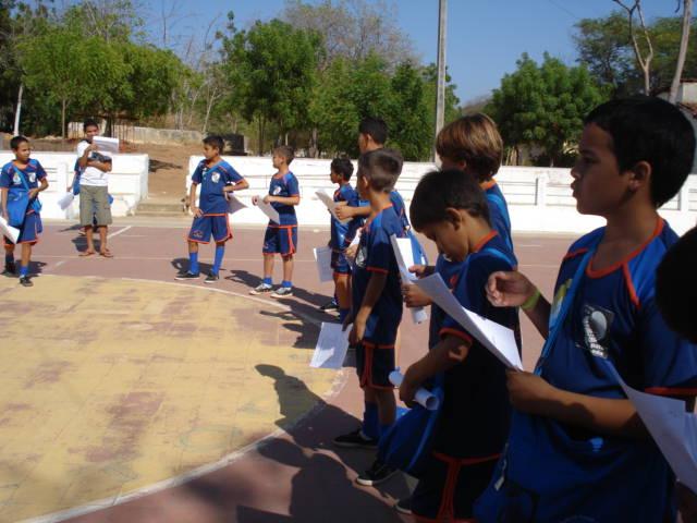 Aula de futsal com as crianças