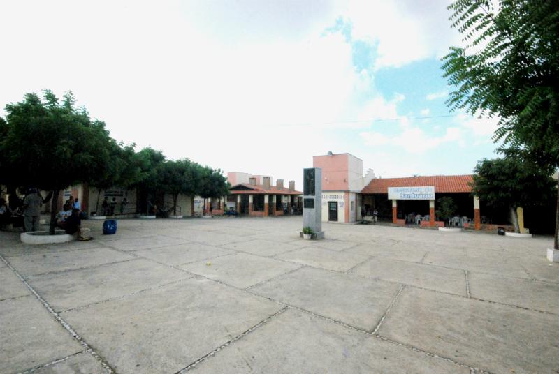 Pátio amplo com visão para o restaurante, cozinha comunitária e complexo de banheiros