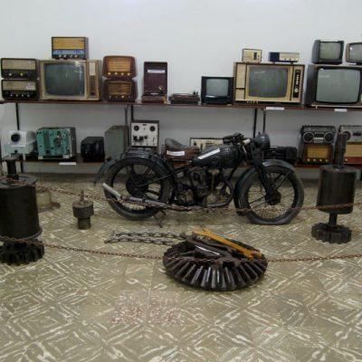 Sala de antiguidades dos rádios da cidade onde também observa-se a moto de um franciscano