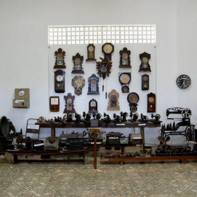 Sala de antiguidades de relógios da cidade, máquinas de costura e outros objetos