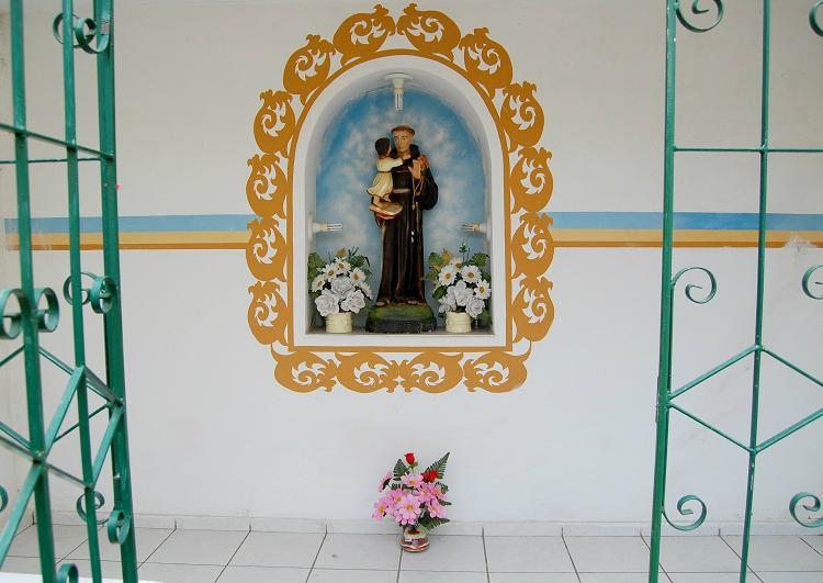 Oratório de Santo Antônio na entrada do Abrigo