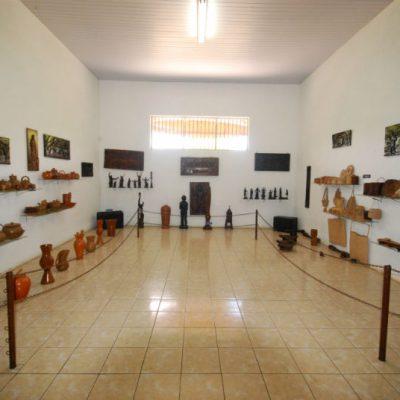 Sala de objetos artesanais, doados pela comunidade e por romeiros