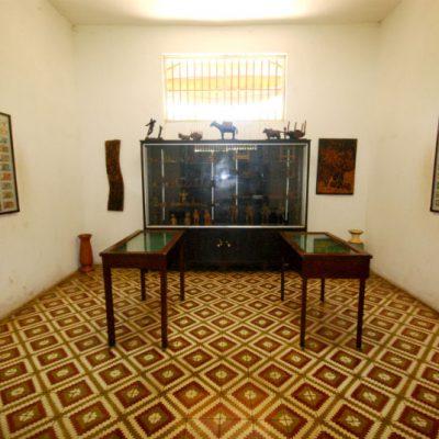 Sala de objetos da cultura popular e moedas da história do Brasil